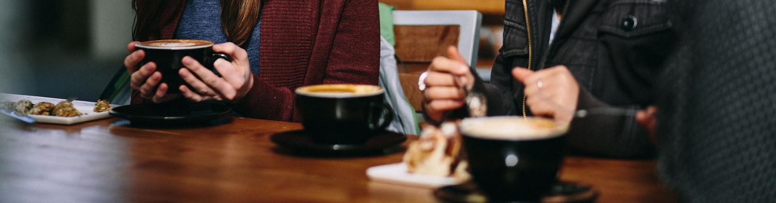 2 female students having coffee